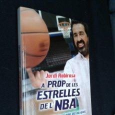 Coleccionismo deportivo: A PROP DE LES ESTRELLES DE L'NBA 20 ANYS VIATJANT PEL MÓN DEL BASQUET JORDI ROBIROSA BALONCESTO. Lote 49250975