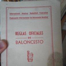 Coleccionismo deportivo: REGLAS OFICIALES DE BALONCESTO, 1957. TIENE UNA MANCHITA LO DEMAS BIEN. Lote 142036102