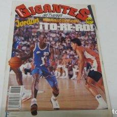 Coleccionismo deportivo: REVISTA DE GIGANTES DEL BASKET AÑO 1990 N° 253 PORTADA Y PÓSTER MICHAEL JORDAN. Lote 165129430