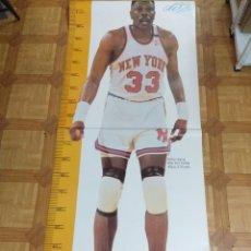 Coleccionismo deportivo: GRAN POSTER BALONCESTO NBA/PATRICK EWING-NEW YORK KNICKS/TAMAÑO NATURAL 2,13CMTS.. Lote 179515228