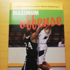 Coleccionismo deportivo: MAXIMUM OFFENSE BY LARRY LINDSAY. A COMPLETE ILLUSTRATED PLAY GUIDE OFFENSIVE BASKETBALL PLAYS. Lote 186367016