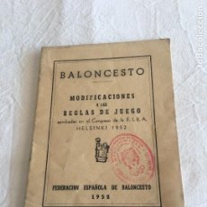 Coleccionismo deportivo: BALONCESTO. MODIFICACIONES A LAS REGLAS DEL JUEGO APROBADAS EN EL CONGRESO.., HELSINKI 1952.. Lote 221254788