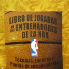 Coleccionismo deportivo: LIBRO DE JUGADAS DE LOS ENTRENADORES DE LA NBA - COMO NUEVO.. Lote 236247115