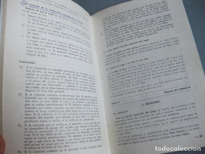 Coleccionismo deportivo: REGLAS OFICIALES DE BALONCESTO - FEDERACIÓN ESPAÑOLA DE BALONCESTO 1964 1968 - Foto 2 - 253210515