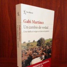 Libros: GABI MARTÍNEZ - UN CAMBIO DE VERDAD - PASTOR EN LA SIBERIA EXTREMEÑA - SEIX BARRAL 2020 (1ª EDICIÓN). Lote 222090103
