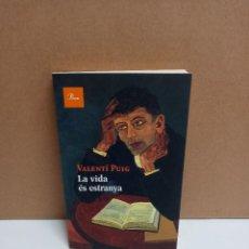 Libros: VALENTÍ PUIG - LA VIDA ES ESTRANYA - PROA IDIOMA CATALAN. Lote 262601585