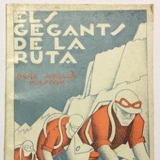 Coleccionismo deportivo: ELS GEGANTS DE LA RUTA. ABELLÀ MASDEU, PERE. BARCELONA, 1932. 39 PAG. ILUSTRADO POR MESTRES. FOTOS. Lote 186434630
