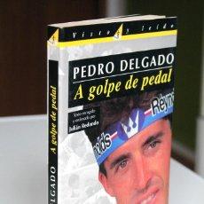 Coleccionismo deportivo: PEDRO DELGADO Y JULIÁN REDONDO - A GOLPE DE PEDAL FIRMADO POR PERICO - EL PAÍS. Lote 189551653