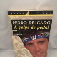 Coleccionismo deportivo: PEDRO DELGADO. A GOLPE DE PEDAL (PRIMERA EDICIÓN). Lote 279350568