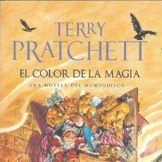 Libros: EL COLOR DE LA MAGIA (MUNDODISCO 1 ) , TERRY PRATCHETT. Lote 237070330