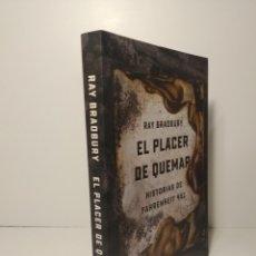 Libros: EL PLACER DE QUEMAR HISTORIAS DE FAHRENHEIT 451 RAY BRADBURY. Lote 264479849