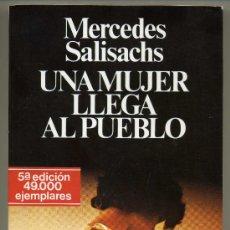 Libros de segunda mano: UNA MUJER LLEGA AL PUEBLO - MERCEDES SALISACHS. Lote 28875387