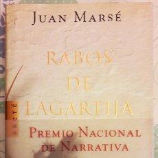 Libros de segunda mano: RABOS DE LAGARTIJA JUAN MARSÉ PRIMERA EDICIÓN 2000 CON LA FAJA MUY BUEN ESTADO. Lote 115697471