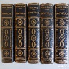 Libros de segunda mano: LIBRERIA GHOTICA. EDICIÓN LUJOSA EN PIEL DE VICKI BAUM.NOVELAS.1958. 5 VOLUMENES.PAPEL BIBLIA.. Lote 179094885