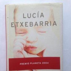 Libros de segunda mano: UN MILAGRO EN EQUILIBRIO. LUCÍA ETXEBARRIA - EDITORIAL PLANETA - PRIMERA EDICIÓN 2004. Lote 208647126