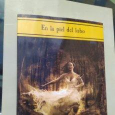 Libros de segunda mano: EN LA PIEL DE LOBOS ALBERTO BERMÚDEZ E ILUSTRADO POR JUAN ALBERTO HERNÁNDEZ 314 PÁG 2018. Lote 256165850