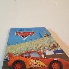 Libros: CARS RAYO CUENTO DISNEY PIXAR DE EDITORIAL EVEREST AÑO 2009 EN CARTON DURO CON RUEDAS. Lote 218934660