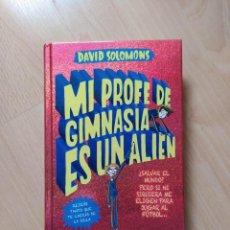 Libros: MI PROFE DE GIMNASIA ES UN ALIEN - DAVID SALOMÓN -RBA - TAPA DURA. Lote 221641125
