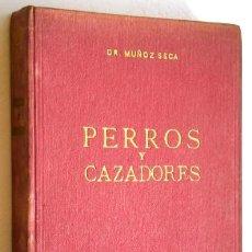Coleccionismo deportivo: PERROS Y CAZADORES POR EL DR. MUÑOZ SECA DE ARTES GRÁFICAS ARGES EN MADRID 1951. Lote 48053616