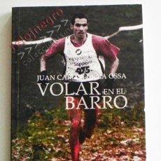 Coleccionismo deportivo: VOLAR EN EL BARRO - LIBRO JUAN CARLOS DE LA OSSA - CAMPEÓN ESPAÑA CROSS - CORRER DEPORTE - CORREDOR. Lote 70104417
