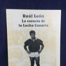 Coleccionismo deportivo: RAUL LEON LA ESENCIA DE LA LUCHA CANARIA AYUNTAMIENTO DE VILLA DE MAZO 1A ED 1998 20,5X15CMS. Lote 116382227