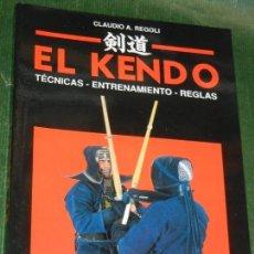 Coleccionismo deportivo: EL KENDO. TECNICAS - ENTRENAMIENTO - REGLAS, DE CLAUDIO A.REGOLI ED.DE VECCHI 1995. Lote 169299936