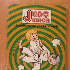 Coleccionismo deportivo: JUDO JUNIOR. CINTURÓN NARANJA Y CINTURÓN VERDE / VICTOR MANUEL GASPAR / 1977. FHER. Lote 172714843