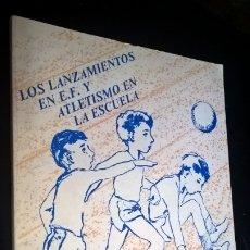 Coleccionismo deportivo: LOS LANZAMIENTOS EN E.F Y ATLETISMO EN LA ESCUELA. ACTIVIDADES CORPORALES EN LA ESCUELA. . Lote 176844575