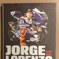 Coleccionismo deportivo: JORGE LORENZO. EL NUEVO REY DE MOTO GP. MATTHEW ROBERTS. CÚPULA. 2011 FIRMA Y DEDICATORIA PILOTO!!!. Lote 178325546