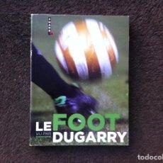 Coleccionismo deportivo: LE FOOT VU PAR CHRISTOPHE DUGARRY. ED. HUGO, 2009. CYCLISME.. Lote 194946873