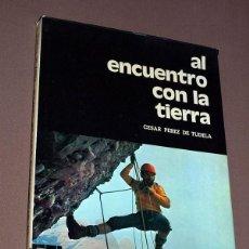 Coleccionismo deportivo: AL ENCUENTRO CON LA TIERRA. CÉSAR PÉREZ DE TUDELA. EDITORA NACIONAL. MADRID, 1974. ALPINISMO.. Lote 204345408