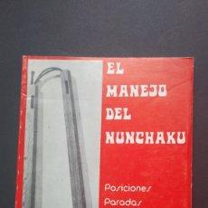 Coleccionismo deportivo: 1974 EL MANEJO DEL NUNCHAKU POSICIONES PARADAS ATAQUES KATA RAYMOND THOMAS. Lote 221837663