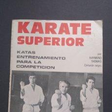 Coleccionismo deportivo: KARATE SUPERIOR KATAS ENTRENAMIENTO COMPETICIÓN RAYMOND THOMAS CINTURÓN NEGRO. Lote 221835997