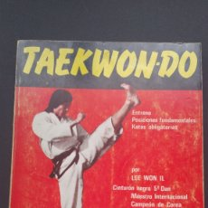 Coleccionismo deportivo: TAEKWON-DO ENTRENO POSICIONES FUNDAMENTALES Y KATAS OBLIGATORIAS LEE WON IL. Lote 221908291