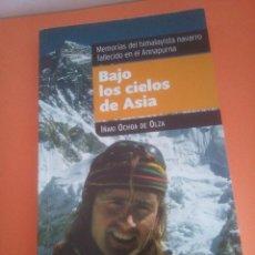 Coleccionismo deportivo: BAJO LOS CIELOS DE ASIA - IÑAKI OCHOA DE OLZA - MEMORIAS HIMALAYISTA NAVARRO. Lote 234291325