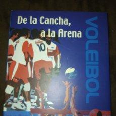 Coleccionismo deportivo: DE LA CANCHA A LA ARENA. VOLEIBOL. JOAQUÍN ÁLVAREZ. AÑO 2001. CARTONÉ CON SOBRECUBIERTA. PÁGINAS 120. Lote 235353225