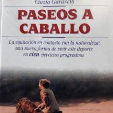 Coleccionismo deportivo: PASEOS A CABALLO CINZIA GARAVELLI MONDADORI 1 EDICION 1999. Lote 254269885