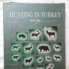 Coleccionismo deportivo: HUNTING IN TURKEY (CAZA EN TURQUIA) 1990 ALI H. ÜSTAY. Lote 287325673