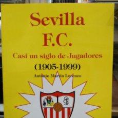 Livros: SEVILLA F.C. - CASI UN SIGLO DE JUGADORES (1905-1999) - ANTONIO MARTÍN LORENZO - EDICIONES GIRALDA. Lote 135926409