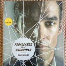 Libros: DAVID MILLAR - PEDALEANDO EN LA OSCURIDAD. Lote 176238929