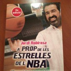 Libros: A PROP DE LES ESTRELLES DE LA NBA. Lote 244953840