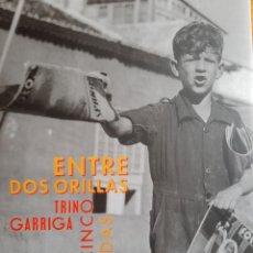 Libros: TRINO GARRIGA. ENTRE DOS ORILLAS. CINCO DÉCADAS. Lote 285545528