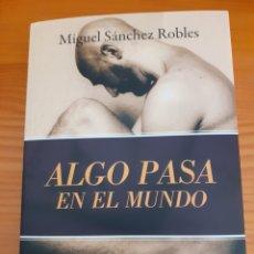 Libros: ALGO PASA EN EL MUNDO, MIGUEL SÁNCHEZ ROBLES. Lote 252195285