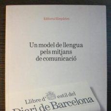 Libros: UN MODEL DE LLENGUA PELS MITJANS DE COMUNICACIÓ. LLIBRE D'ESTIL DEL DIARI DE BARCELONA. Lote 118073775