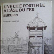 Libros: UNE CITÉ FORTIFIEÉ A L'AGE DU FER : BISKUPIN. ARQUEOLOGÍA DIVULGATIVA EUROPEA. Lote 18850501