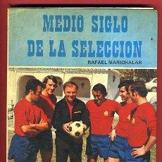 Coleccionismo deportivo: LIBRO FUTBOL , MEDIO SIGLO DE LA SELECCION, RAFAEL MARICHALAR, ILUSTRACIONES, ORIGINAL. Lote 26980644