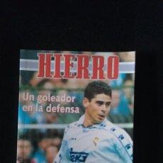 Coleccionismo deportivo: LIBRO HIERRO - UN GOLEADOR EN LA DEFENSA - GOLY. Lote 36224940