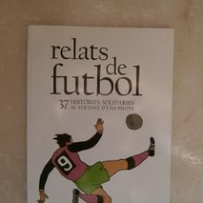 Coleccionismo deportivo: LIBRO RELATS DE FUTBOL 37 HISTÒRIES SOLIDÀRIES AL VOLTANT D'UNA PILOTA. LLIBRE SAMUEL ETO'O CATALÀ. Lote 39391496
