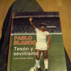 Coleccionismo deportivo: PABLO BLANCO TESÓN Y SEVILLISMO. LUIS CARLOS PERIS. MAS ESCUDO DEL SEVILLA. Lote 95732220