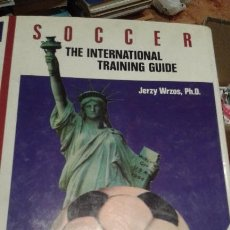Coleccionismo deportivo: SOCCER THE INTERNATIONAL TRAÍNING GUIDE. Lote 107621131